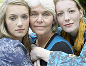 Mormor, mor och dotter kramar